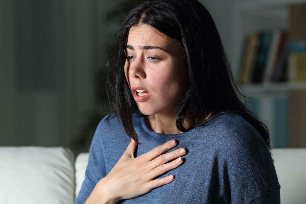 Mujer con la mano en el pecho