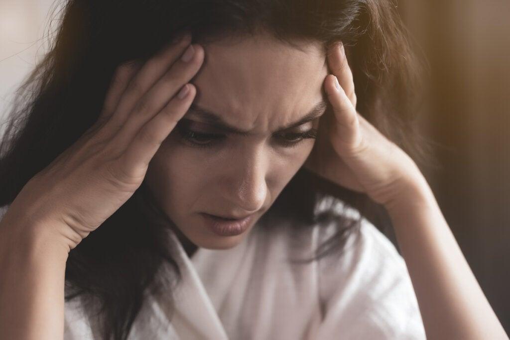 Mujer con las manos en la cabeza preocupada