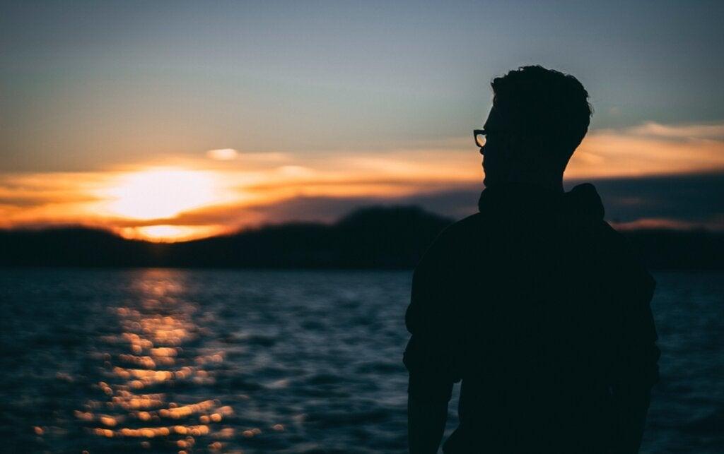 chico ante el mar pensando en cómo tener compasión por uno mismo