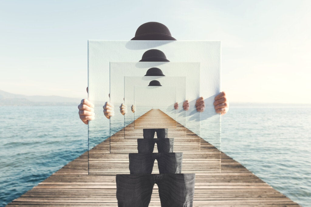 Hombre con un espejo infinito para representar el síndrome de Orfeo