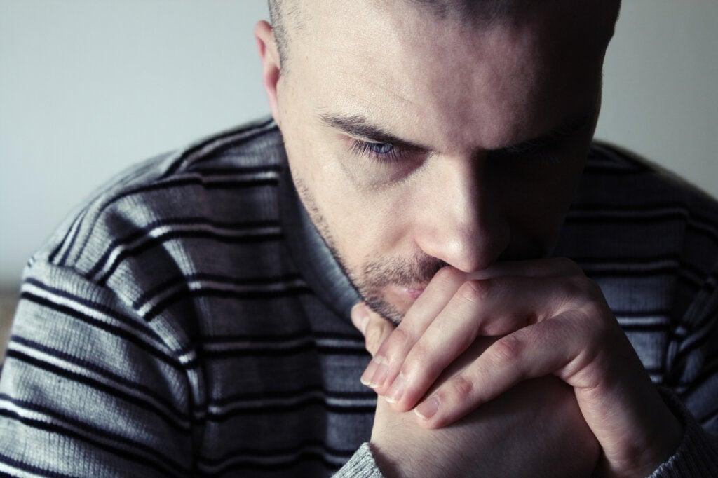 Hombre preguntándose ¿cómo afecta una infancia difícil a las relaciones adultas?