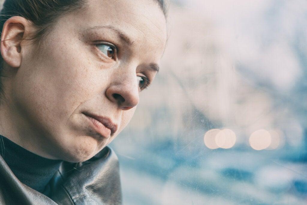 Mujer pensando en el masoquismo y la personalidad autosaboteadora