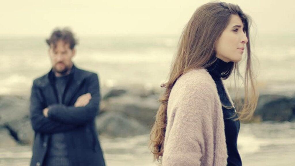 Mujer que se aleja al descubrir que mi pareja me miente
