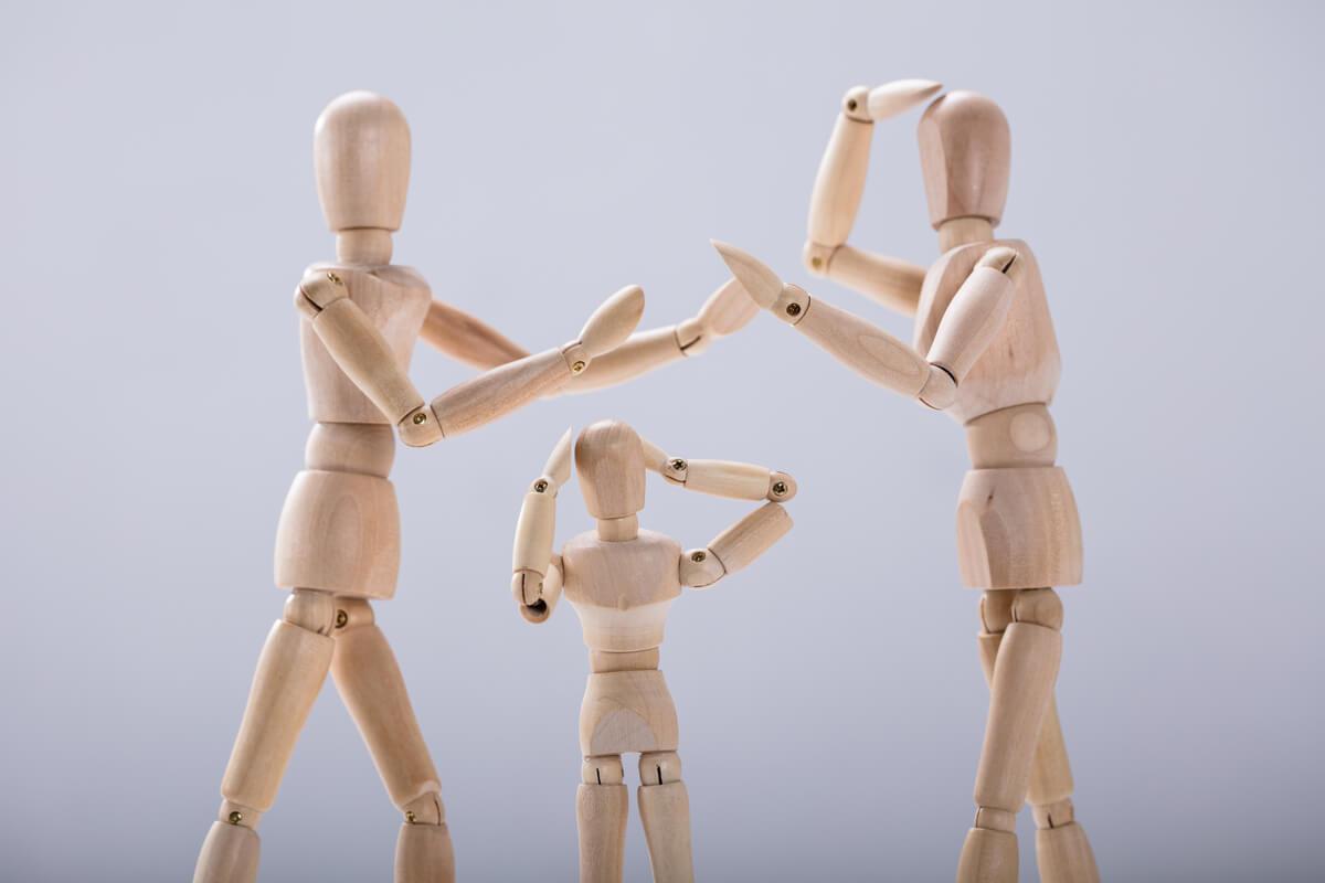La triangulación narcisista: poner a un tercero en contra