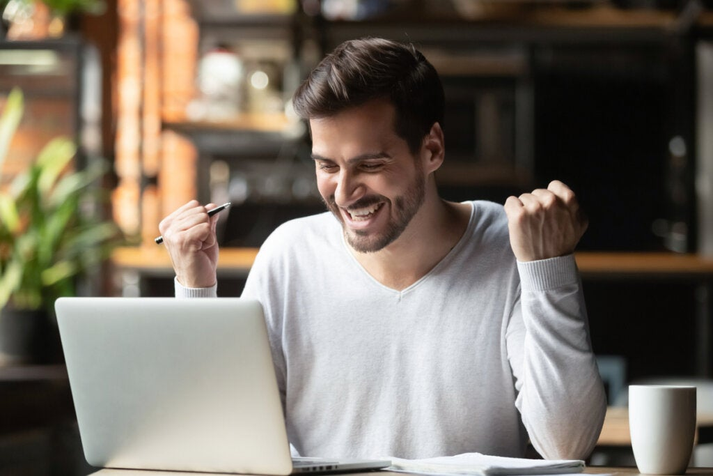 Hombre motivado con el ordenador