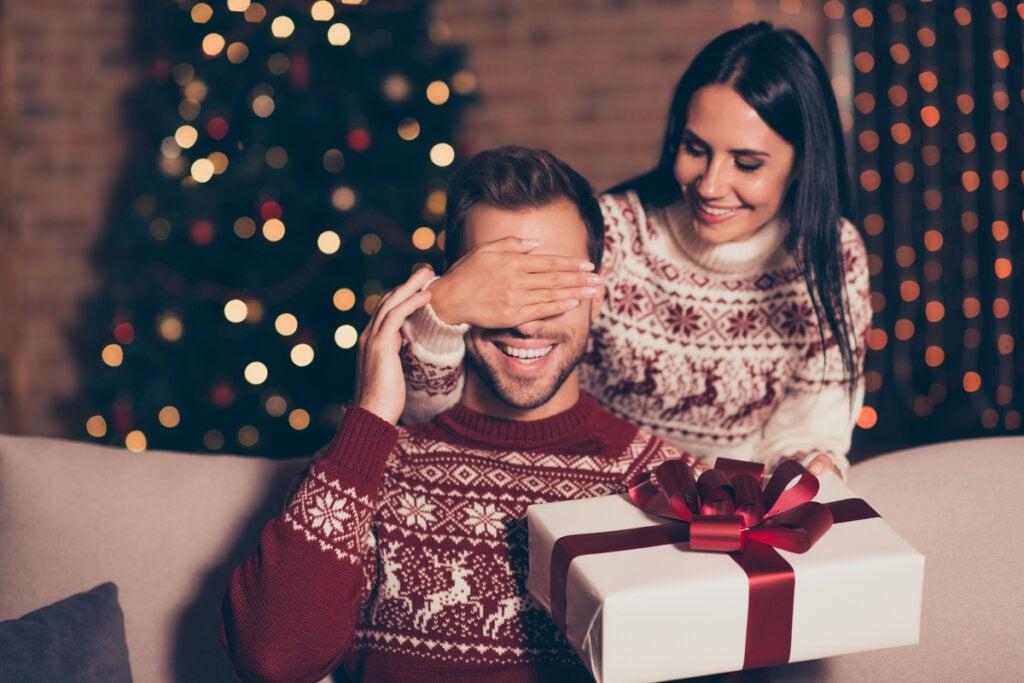 Mujer dando un regalo a su pareja