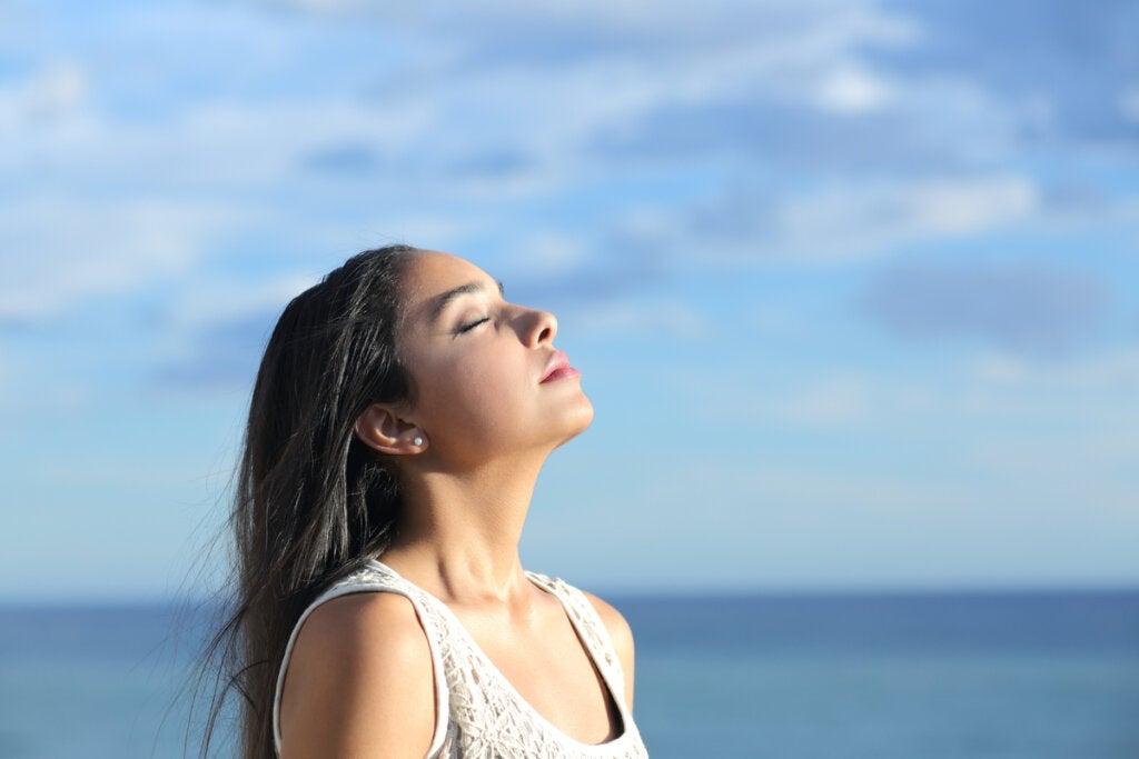 Mujer pensando en frases cortas para pensar y reflexionar