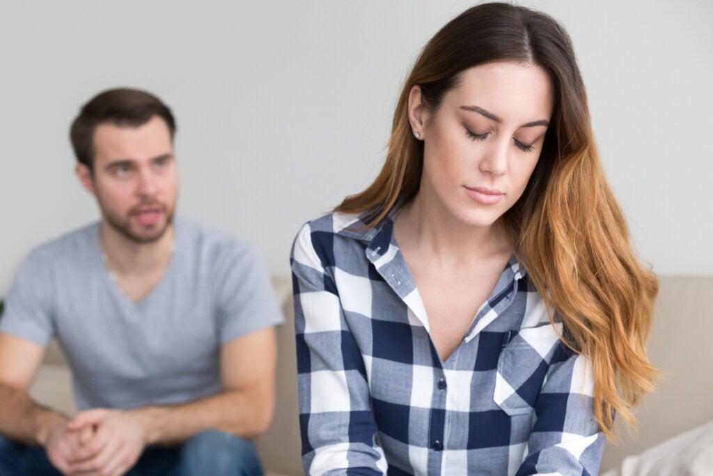 Mujer triste pensando que enamorarse de alguien que no deberíamos duele