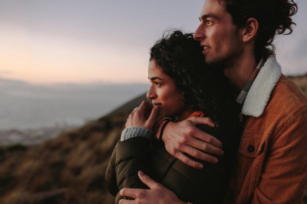 pareja pensando en enamorarse de alguien que no deberíamos