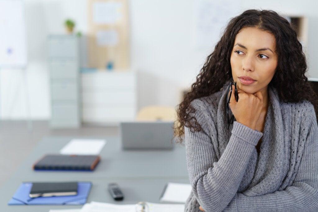 Mujer pensando tranquilamente