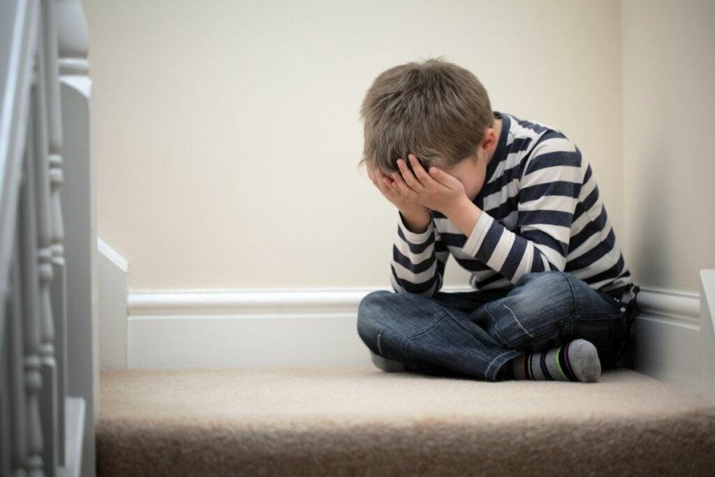 niño llorando representando el impacto del El factor P de la psicopatología