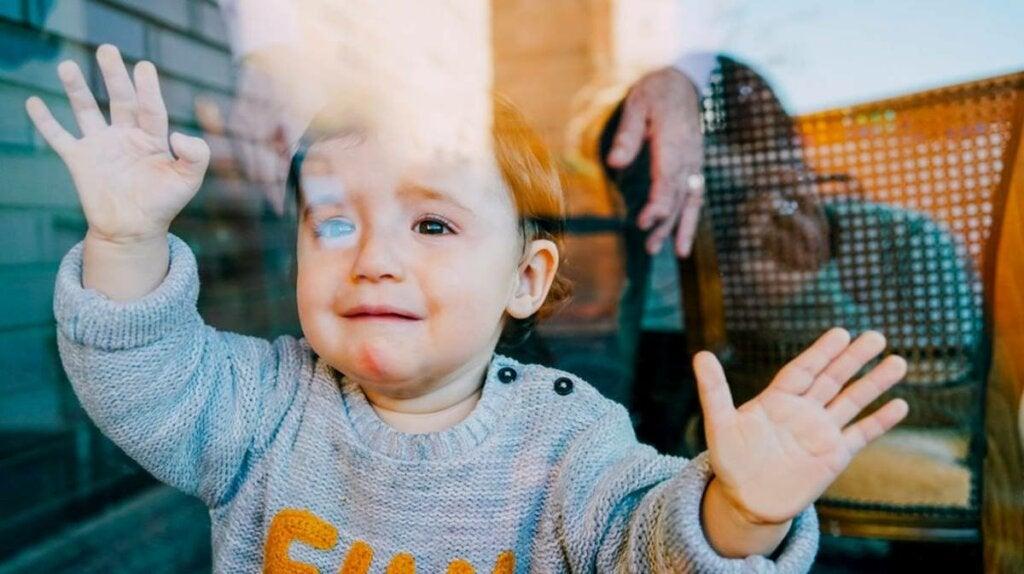 niño simbolizando que las raíces de la ansiedad aparecen ya en niños de 14 meses