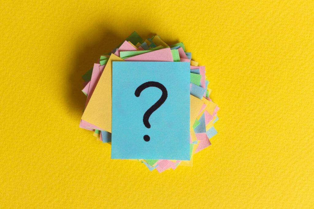 Carteles de colores con interrogaciones