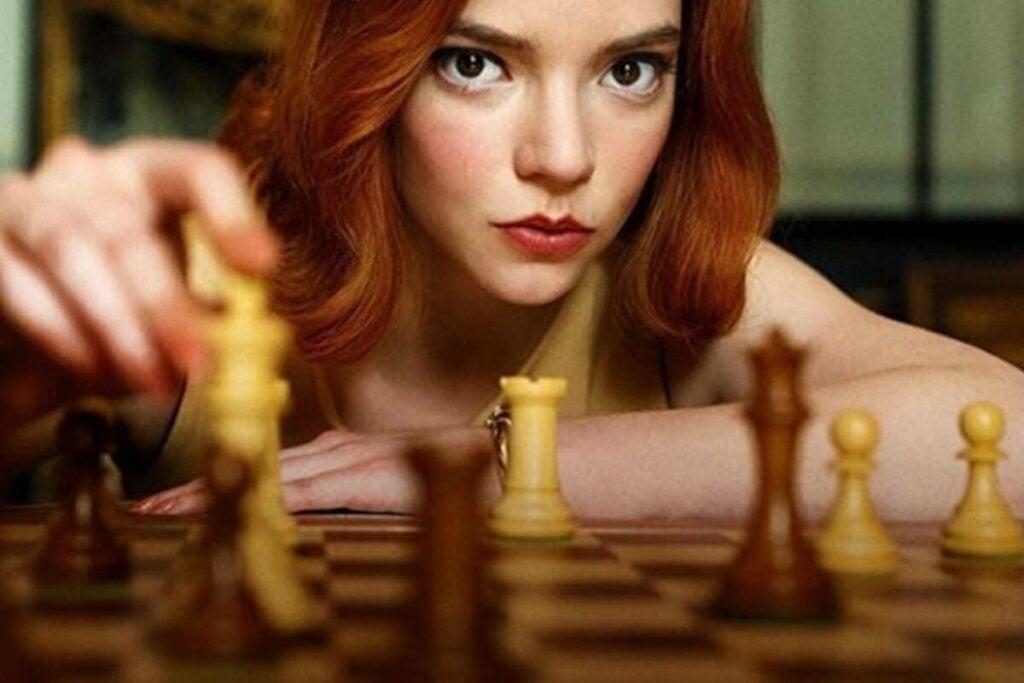 chica joven jugando al ajedrez para representar la adicción a las series