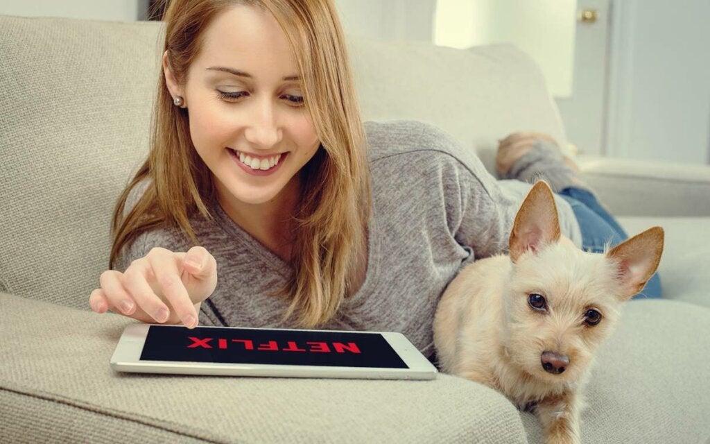chica con su perro representando la adicción a las series