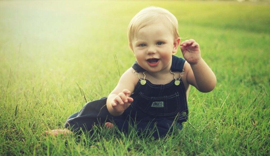 niño en el césped para representar cómo identificar a los bebés más inteligentes
