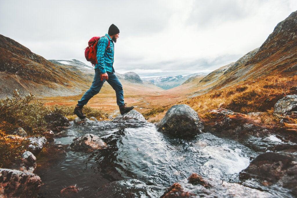 Chico caminando entre montañas