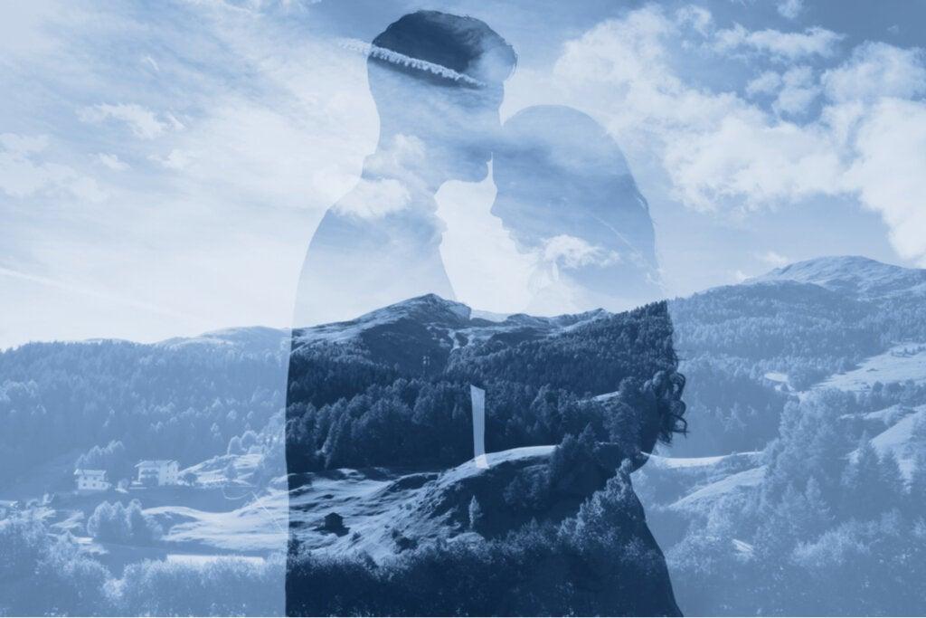 Perfil de pareja entre nubes simbolizando los pensamientos automáticos en las relaciones de pareja