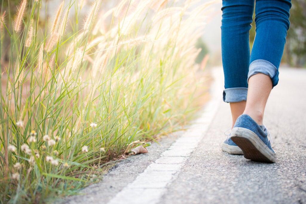 Mujer caminando practicando kinhin