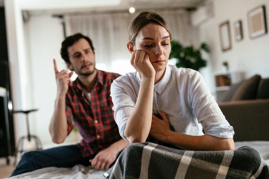 pareja enfadada representando cómo responder a alguien que busca desanimarte