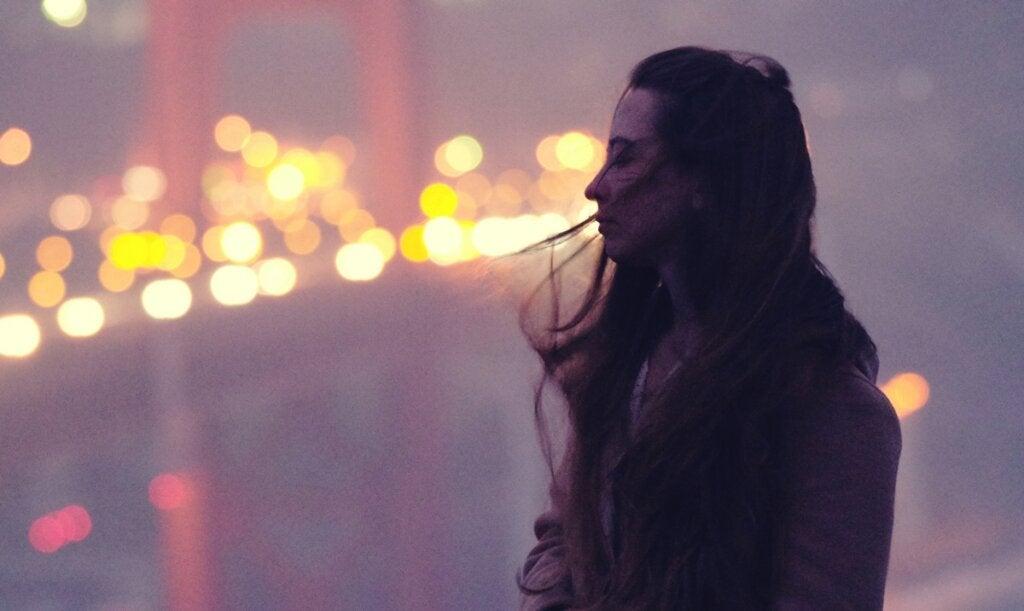 Chica sola en un puente pensando en la Reafirmación positiva