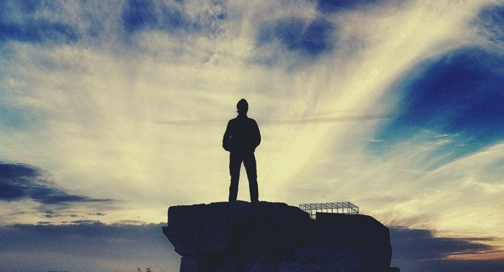 joven sobre una piedra representando el liderazgo silencioso