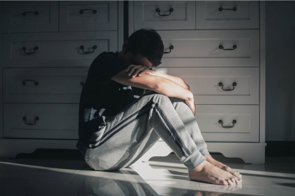 Hombre triste sufriendo por ser víctima del abuso narcisista