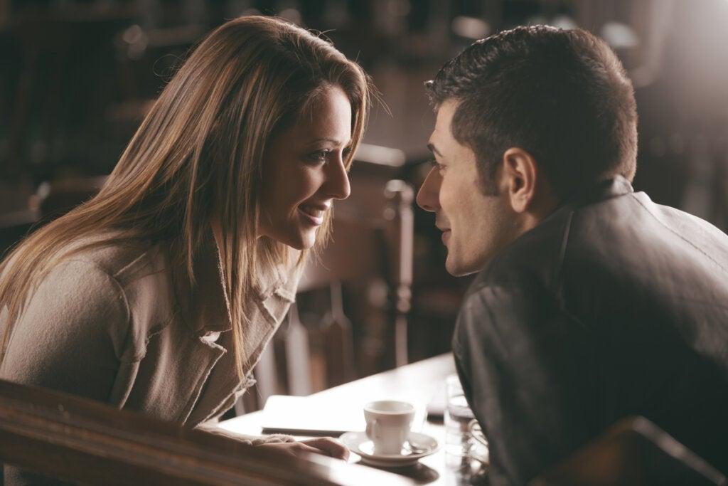 Mujer hablando con un hombre en cafetería