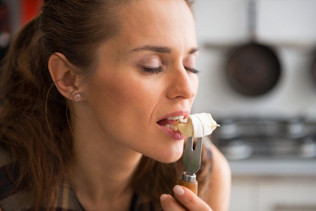 """Mujer saboreando un trozo de comida representando el """"Bliss point"""""""