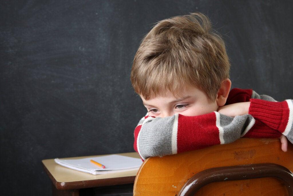 niño triste simbolizando el efecto de los padres que infravaloran a sus hijos