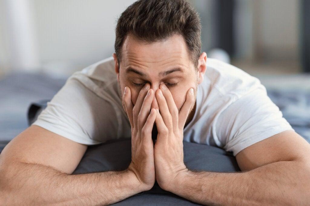 Hombre cansado experimentando uno de los tipos de desmotivación