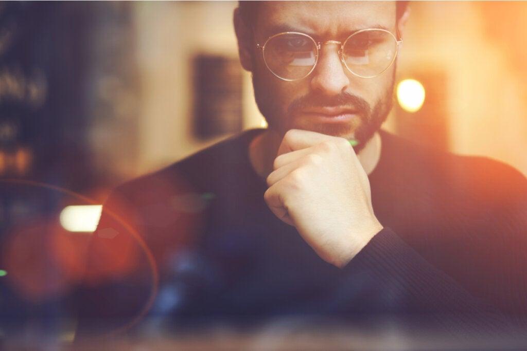 Hombre activando el Pensamiento anticipatorio