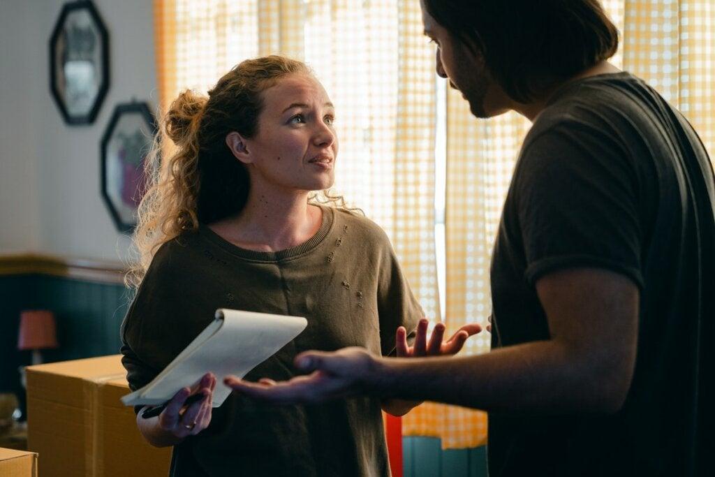 Mujer hablando con su compañero pensando en usar la falacia del quietismo