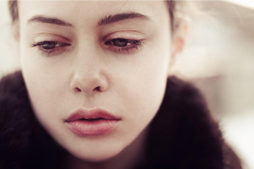 Mujer triste que sufre los efectos del duelo no resuelto