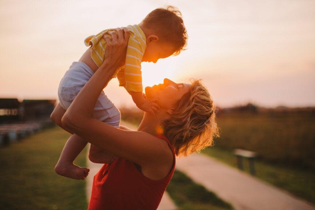 Madre cogiendo en brazos a su hijo representando a las familias emocionalmente inteligentes