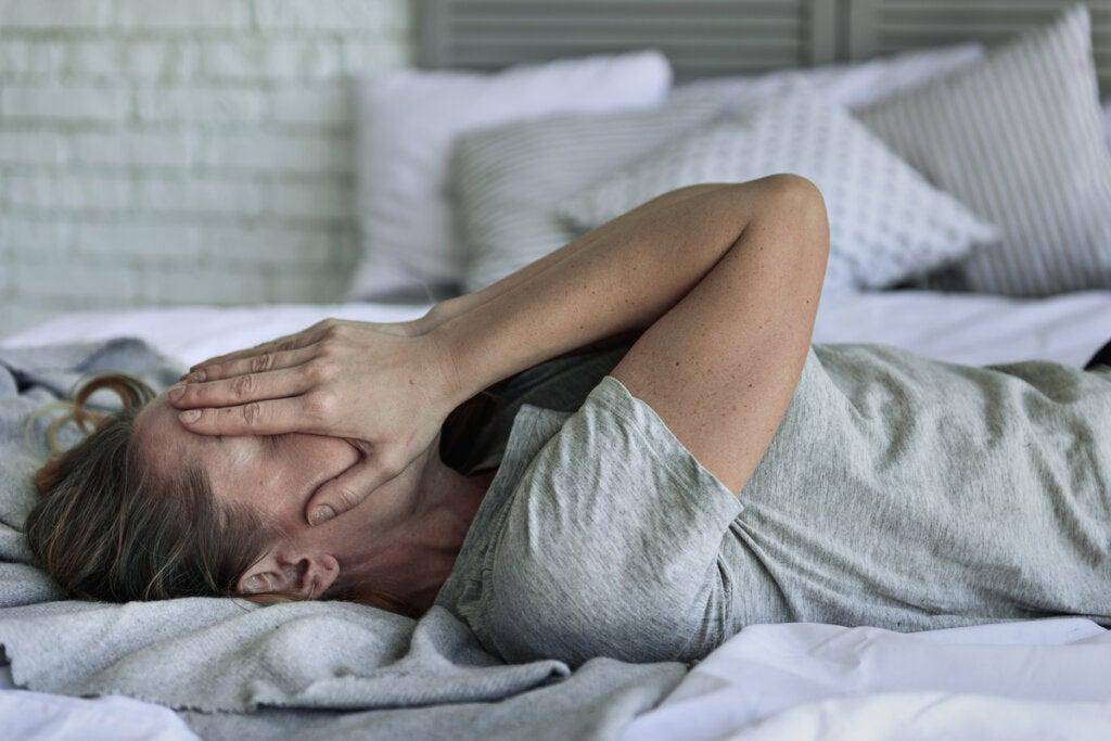 Mujer con ansiedad en la cama sintiendo emociones intensas