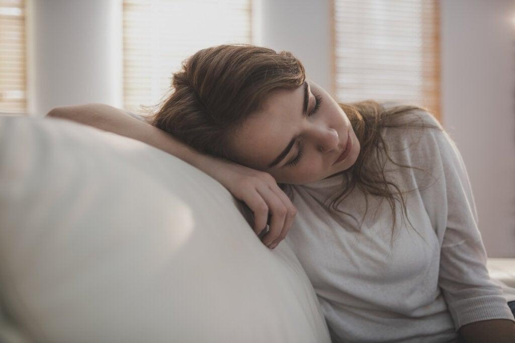 Mujer cansada en el sofá
