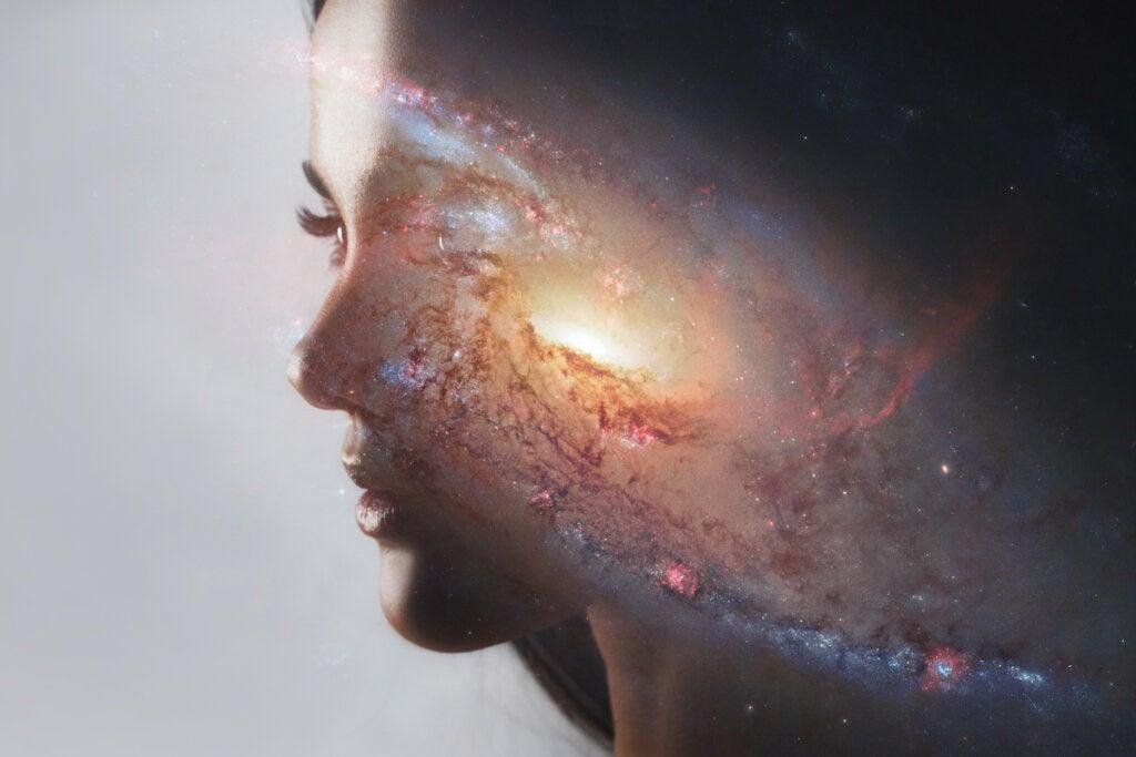 Mujer con luz para representar las nubes de Etanolamina