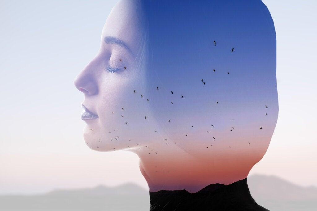 Mujer pensando con pájaros en la mente preguntándose qué hacer cuando me siento muy nervioso