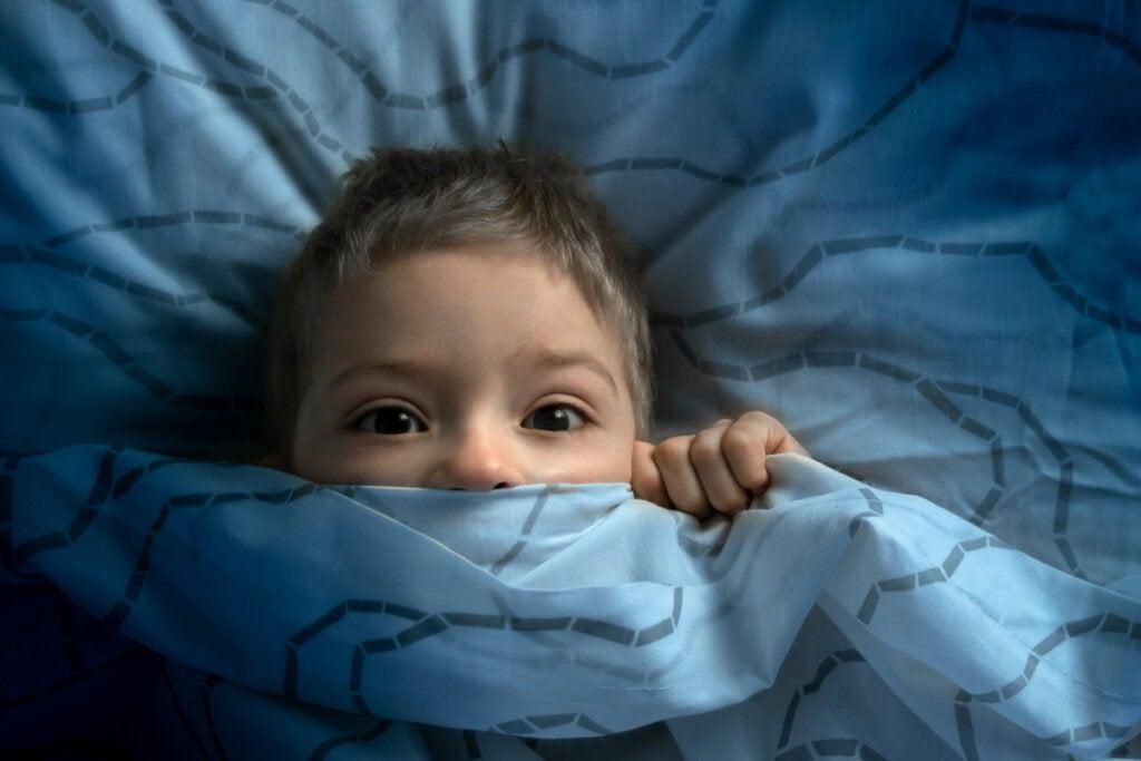 Niño con miedo para simbolizar el Trastorno de ansiedad generalizada en niños