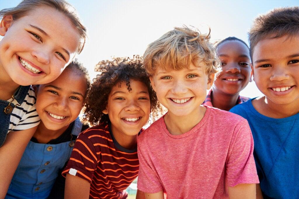 Niños juntos sonriendo