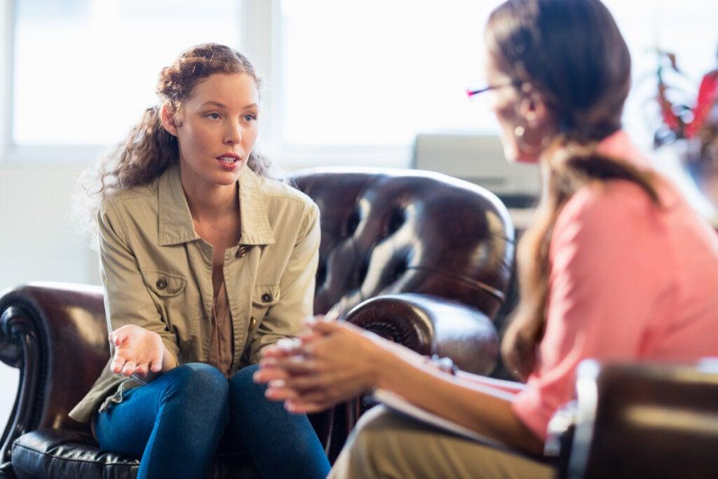 Psicóloga hablando con su paciente en terapia