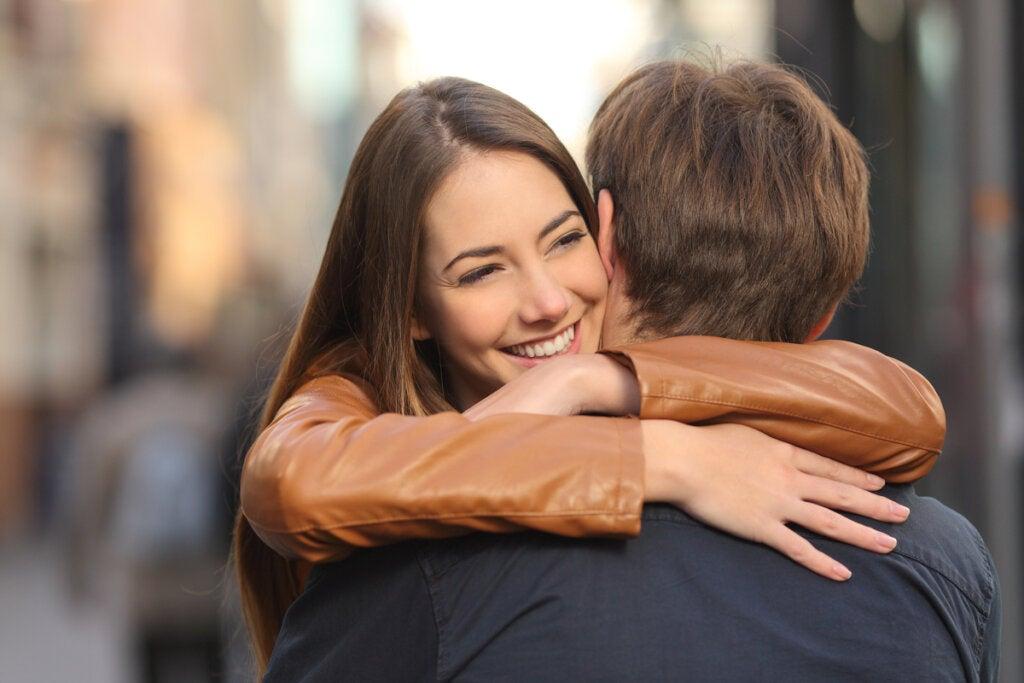 Amigos abrazándose demostrando generosidad emocional