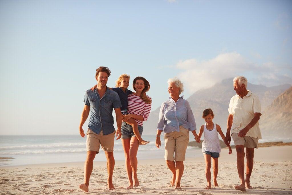 Familia paseando por la playa