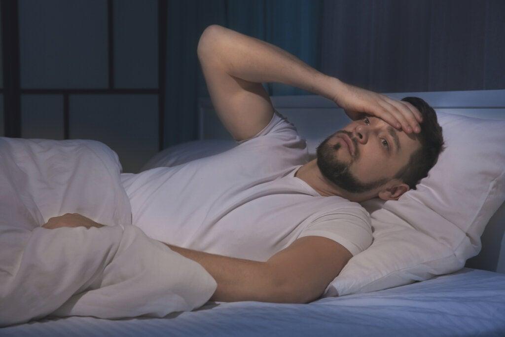 Hombre pensando en el Insomnio y depresión