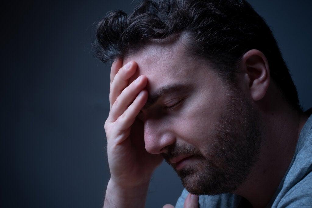 Hombre que sufre efectos físicos de la preocupación
