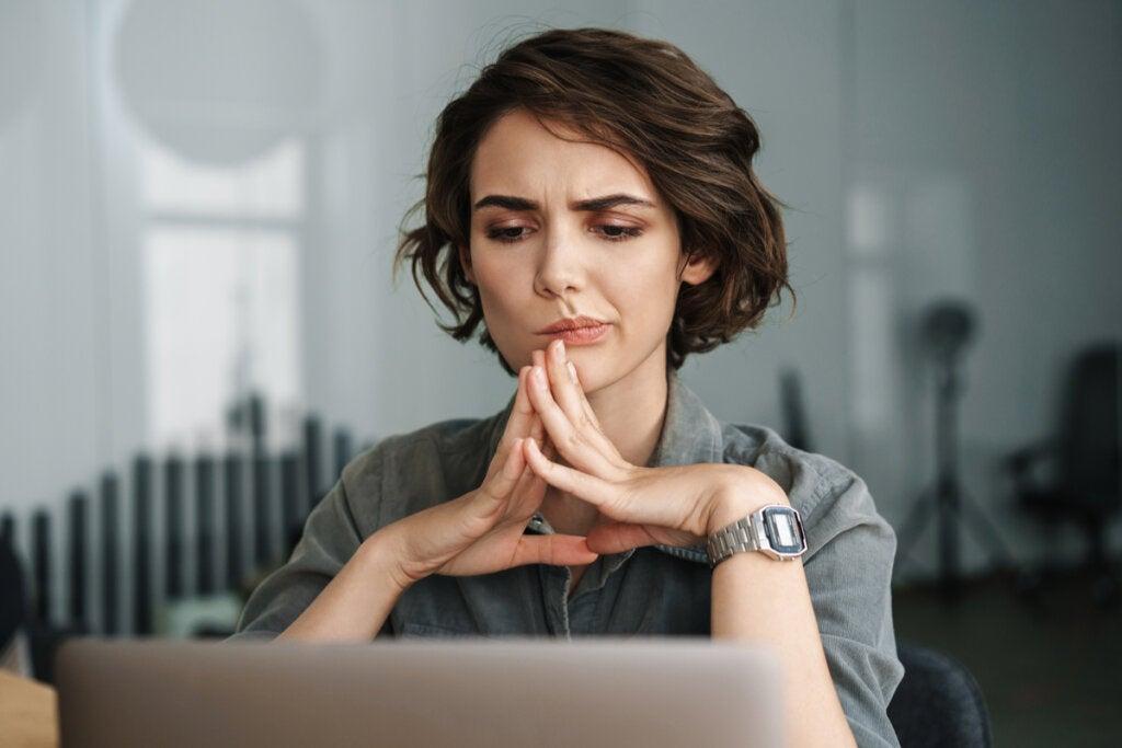 Mujer concentrada en el ordenador pensando