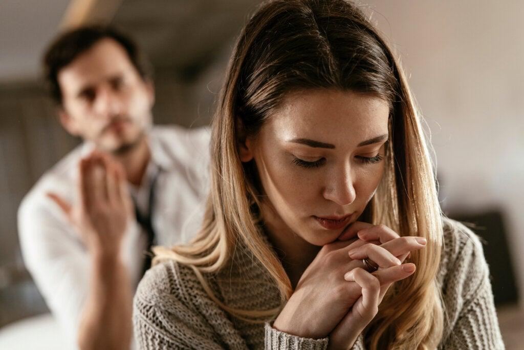 Mujer en silencio pensando que Mi pareja me echa la culpa de todo