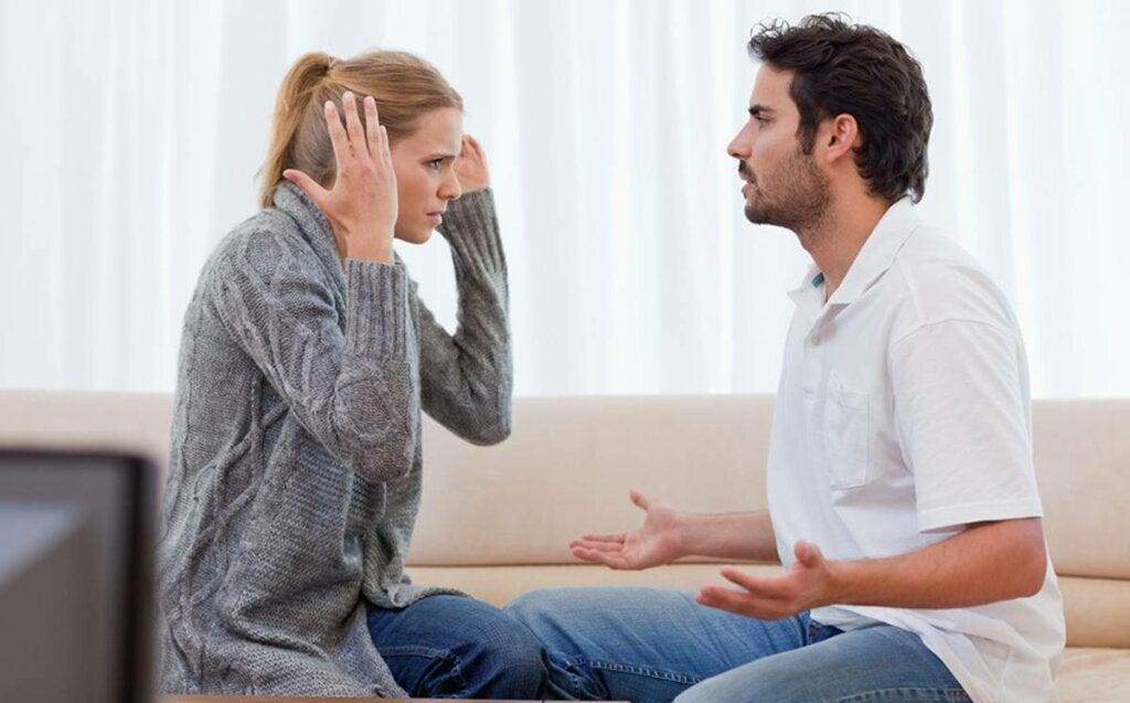 pareja discutiendo y representando cuando mi pareja me echa la culpa de todo