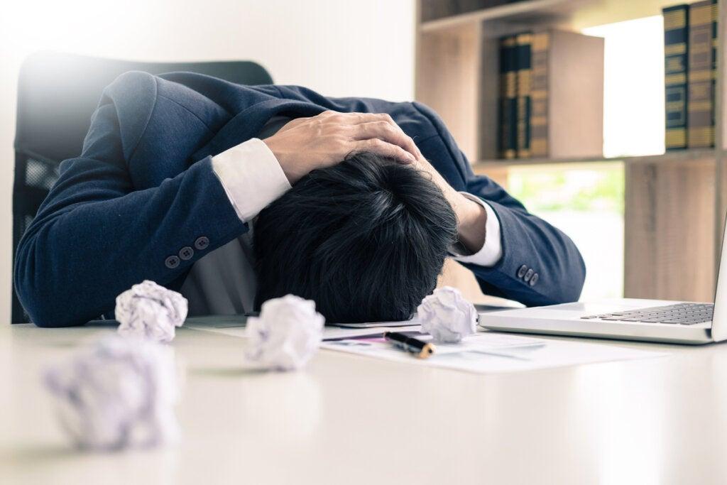 Hombre estresado en el trabajo